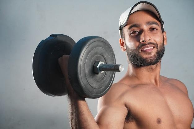 Imagem man lifting weights em com bg