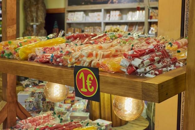 Imagem noturna de uma barraca de doces no natal em toledo, espanha