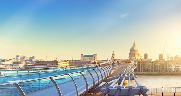 Imagem panorâmica da ponte millenium e da catedral de são paulo em londres
