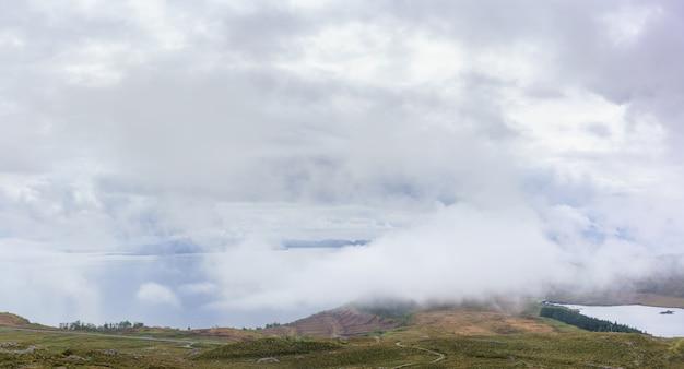 Imagem panorâmica de belas paisagens da trilha storr, ilha de skye, escócia