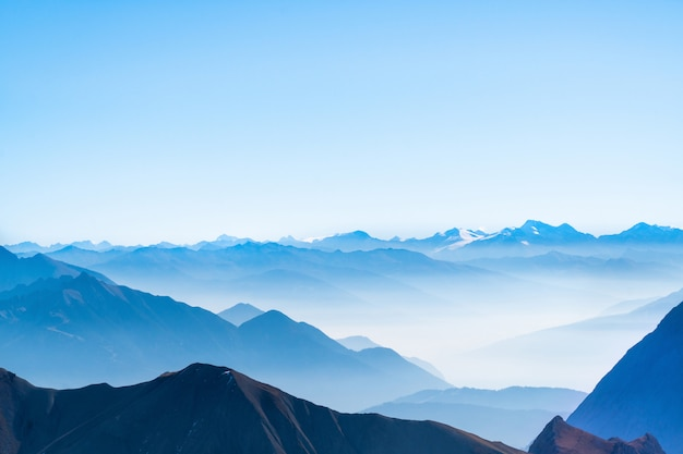 Imagem panorâmica do panorama ou vista de cartão postal da montanha de camada, céu azul e fundo de nuvem nos alpes alemães zugspitze