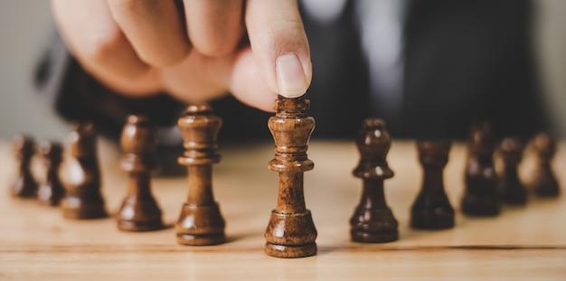 Imagem panorâmica. empresário com jogo de tabuleiro de xadrez. planeje o conceito de estratégia e tática
