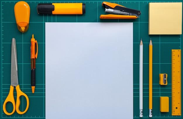 Imagem plana leigos de papel de carta e papel na esteira de corte