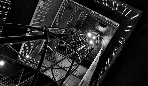 Imagem preto e branca de uma escada