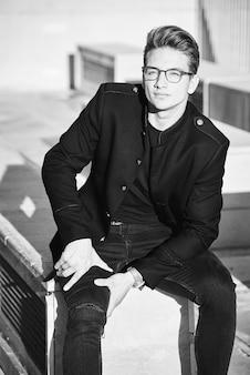 Imagem preto e branco de um homem bonito
