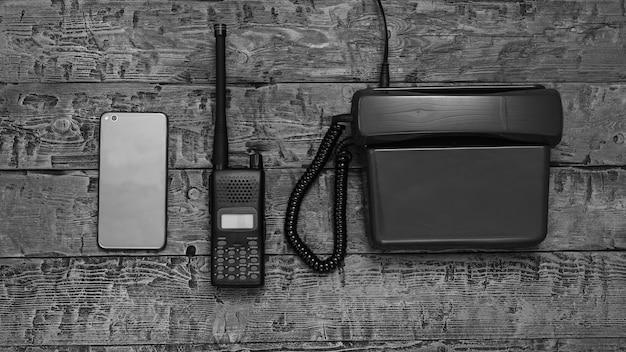 Imagem preto e branco de um walkie-talkie em uma mesa de madeira