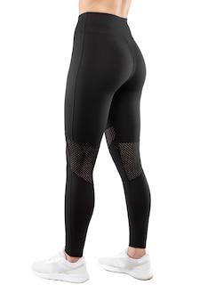 Imagem recortada das costas de uma modelo feminina vestida com legging preta justa, isolada em um fundo branco. conceito de roupas esportivas. visão vertical.