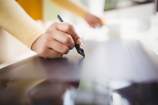 Imagem recortada de empresária, escrevendo no papel