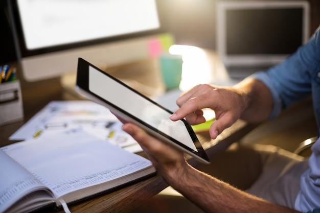 Imagem recortada de empresário usando tablet digital