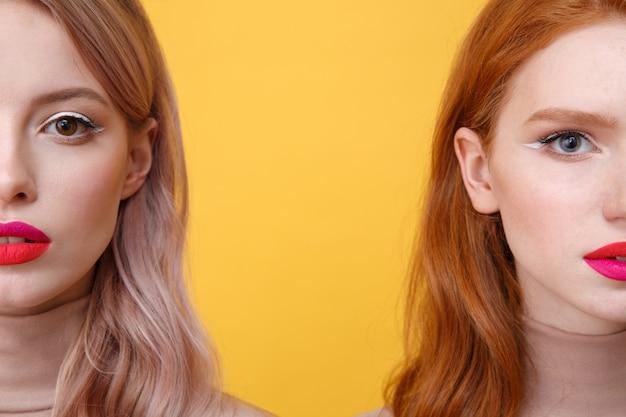 Imagem recortada de jovens duas senhoras com lábios maquiagem brilhante