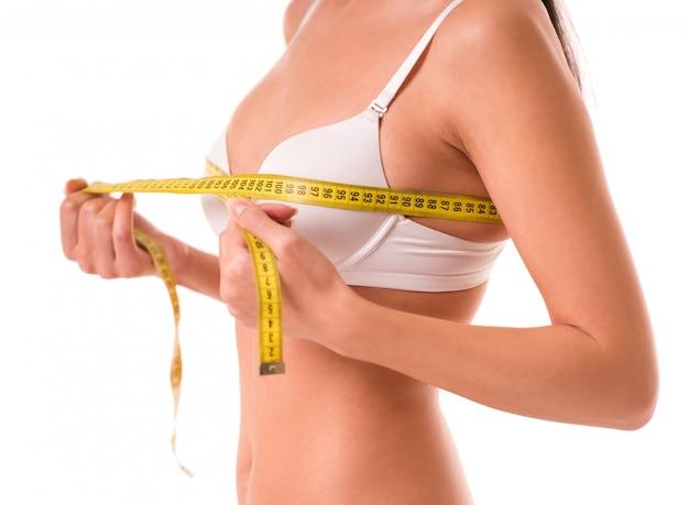 Imagem recortada de linda garota magro em lingerie branca.