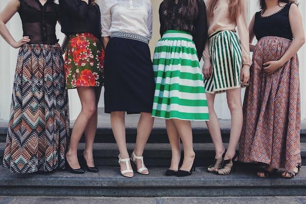 Imagem recortada de muitas garotas em saias diferentes