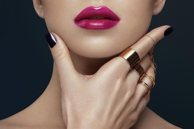 Imagem recortada de mulher, maquiagem lábios e unhas conceito.