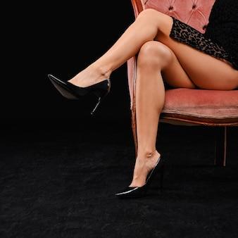 Imagem recortada de pernas femininas perfeitas em estiletes