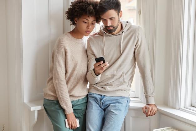 Imagem recortada de um casal sério usando roupas casuais