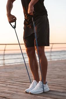 Imagem recortada de um esportista saudável fazendo exercícios