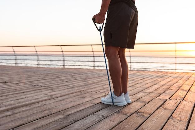 Imagem recortada de um forte esportista fazendo exercícios