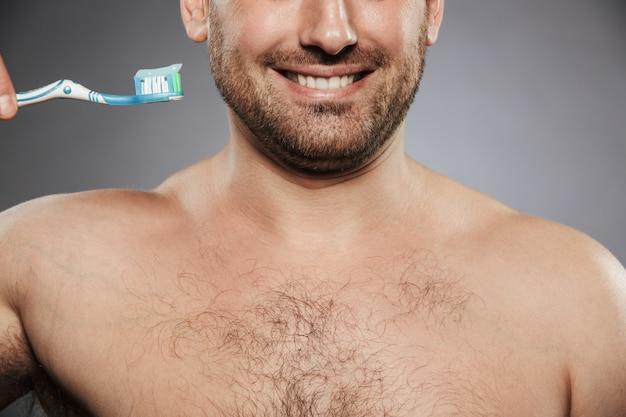 Imagem recortada de um homem feliz sem camisa