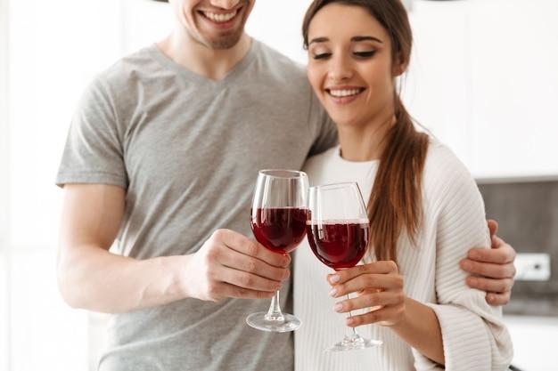 Imagem recortada de um jovem casal feliz