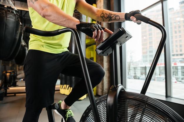 Imagem recortada de um jovem desportista muscular fazendo exercícios cardio