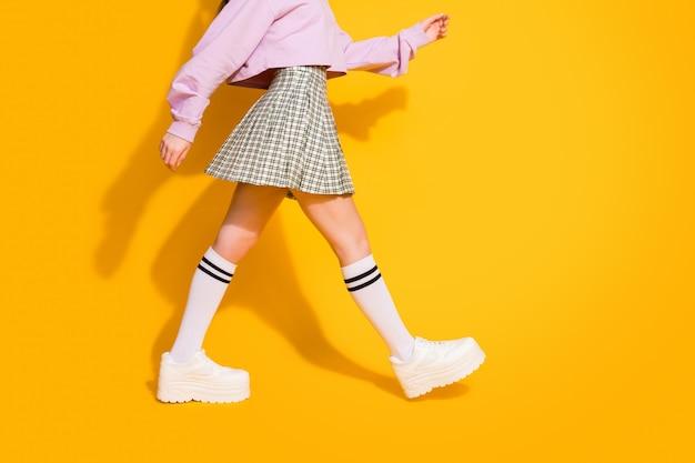 Imagem recortada de um passeio de garota milenar encantadora
