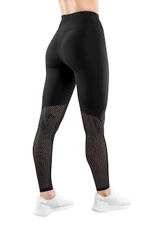 Imagem recortada de uma figura feminina em roupas esportivas pretas apertadas, fundo branco isolado. visão vertical. vista traseira.
