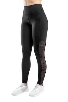 Imagem recortada de uma figura feminina em roupas esportivas pretas apertadas, fundo branco isolado. visão vertical.