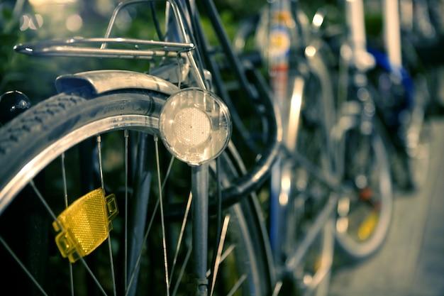 Imagem retro de bicicleta de noite, foco seletivo