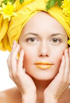 Imagem romântica de uma jovem mulher com crisântemos amarelos