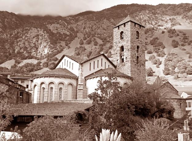 Imagem sépia da igreja de sant esteve marco histórico do bairro antigo de andorra la vella andorra