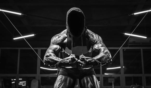Imagem substantiva de um atleta poderoso se exercitando na academia. conceito de fitness e musculação. mídia mista