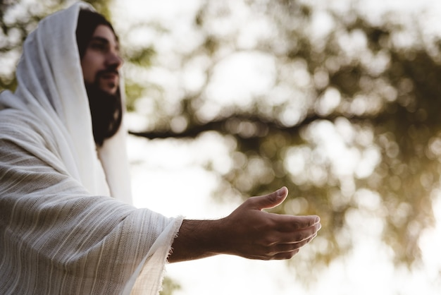 Imagem superficial de jesus cristo dando uma mão amiga
