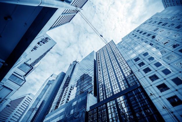 Imagem tonificada de prédios de escritórios modernos em hong kong central.