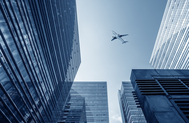 Imagem urbana moderna, avião no céu.