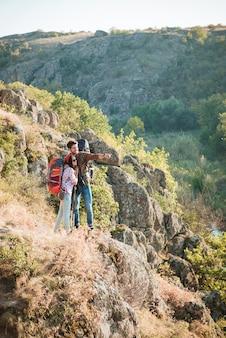 Imagem vertical de casal viajando perto do cânion