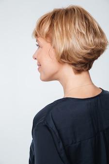Imagem vertical de mulher idosa em pé de costas