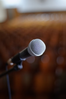 Imagem vertical de um microfone