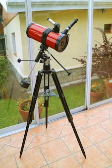 Imagem vertical de um telescópio catadióptrico na sala de estar