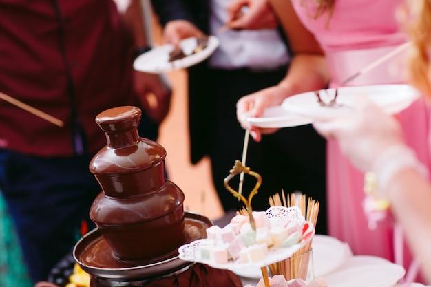 Imagem vibrante da fonte de chocolate fontain na festa