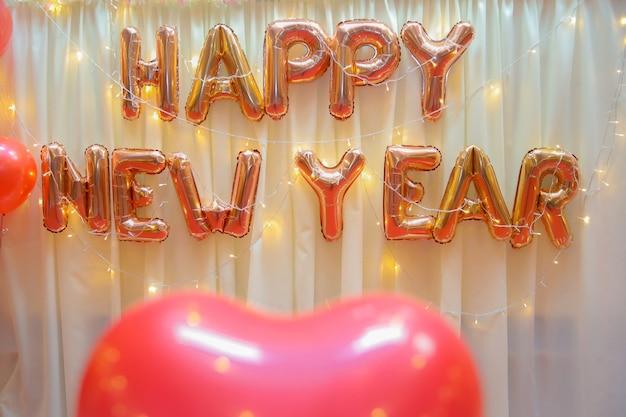 Imagens borradas de balões com iluminação quente na sala de conferências para o fundo