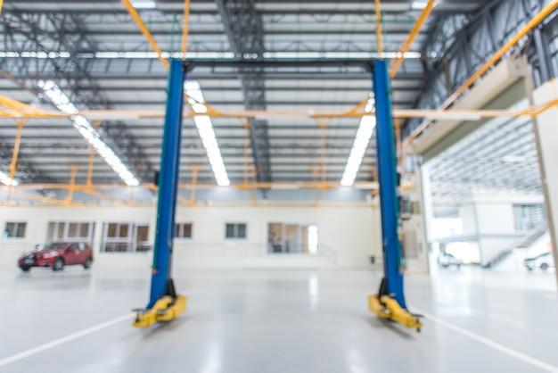 Imagens borradas de elevadores elétricos para carros em serviço