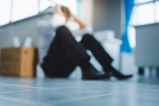 Imagens borradas de homem asiático desempregado na crise do vírus covid-19 e o severo estresse econômico do covid-19