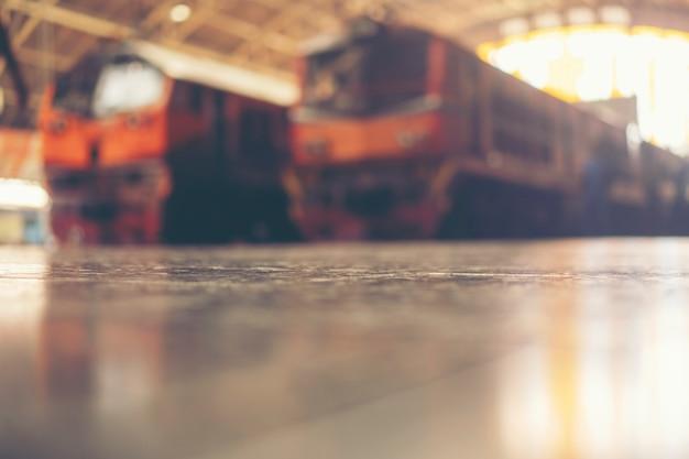Imagens borradas de pessoas na estação de trem