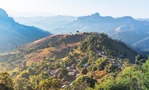 Imagens da paisagem da vila rural que foi construída em uma montanha alta