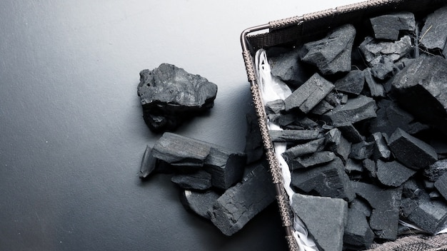 Imagens de close-up de carvão preto em fundo preto feito de madeira natural