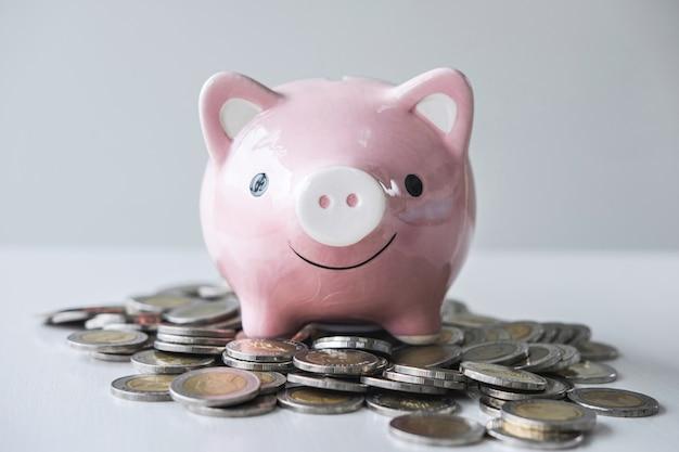 Imagens de empilhamento de moedas pilha e rosa sorrindo mealheiro para crescimento e poupança com caixa de dinheiro, poupar dinheiro para o plano futuro e conceito de fundo de aposentadoria