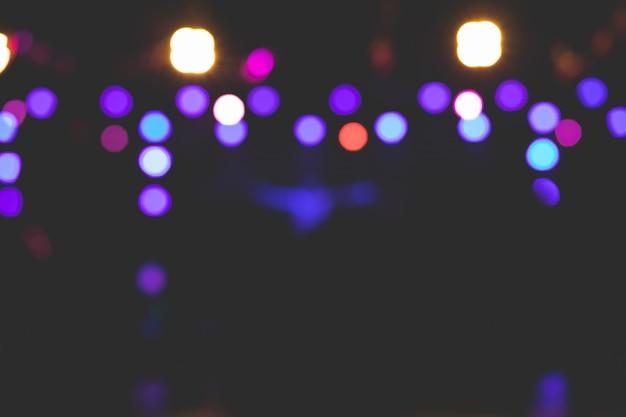 Imagens de fundo bonitas de bokeh de várias luzes no palco à noite.