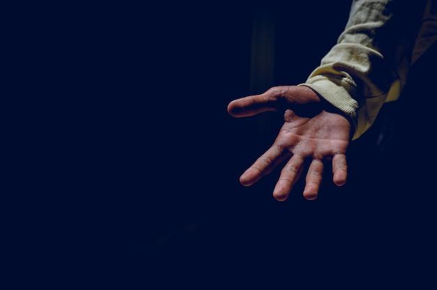 Imagens de mão e luz que brilham no conceito de silhueta