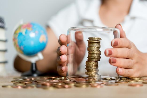 Imagens de mãos e dinheiro de empresários na mesa. economizando idéias com espaço de cópia.