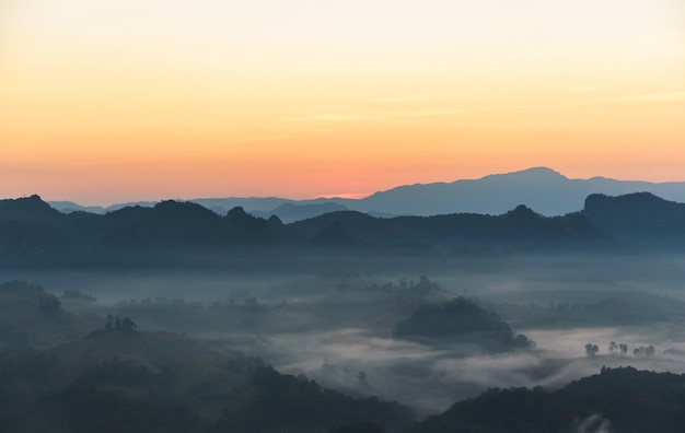 Imagens de paisagem do céu, complexo de montanhas e névoa branca que balançam pela manhã, nas altas montanhas